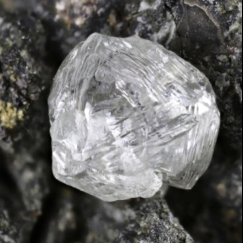 rubino_grezzo_compro_grezzo_diamante-compro-oro-a-torino-aste-analisi-gemmologiche-pietre-preziose